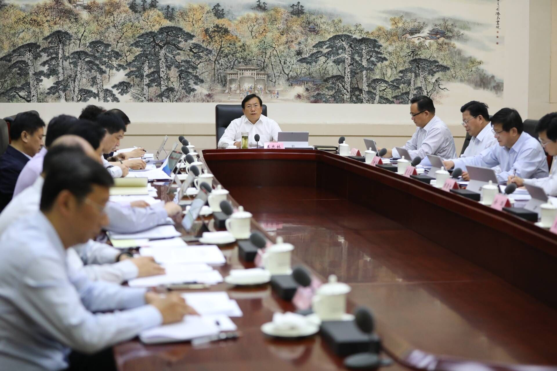 王忠林主持召开市委常委会会议