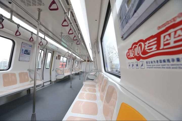 济南首列地铁车成功试跑