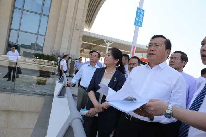 王忠林察看铁路沿线环境提升工作