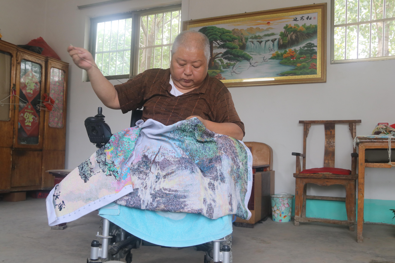 轮椅上的庄稼汉绣出《清明上河图》 6米绣作期待有缘买家
